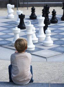 Chłopiec na szachownicy