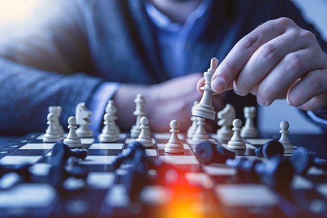 Mężczyzna podczas gry w szachy