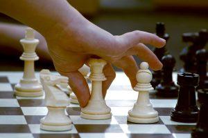 dziecko gra w szachy