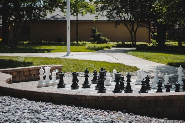 Duże szachy na wolnym powietrzu