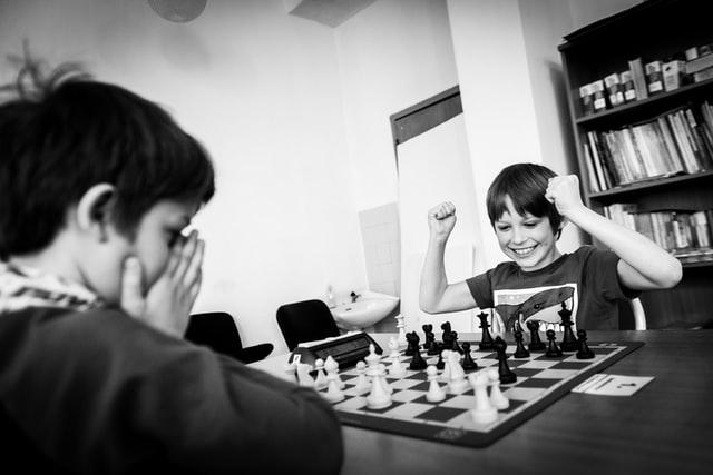 Dzieci grające w szachy