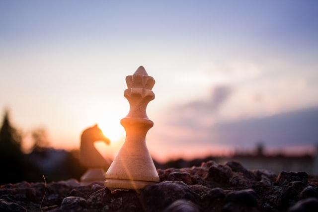 Pionek szachowy i wschód słońca
