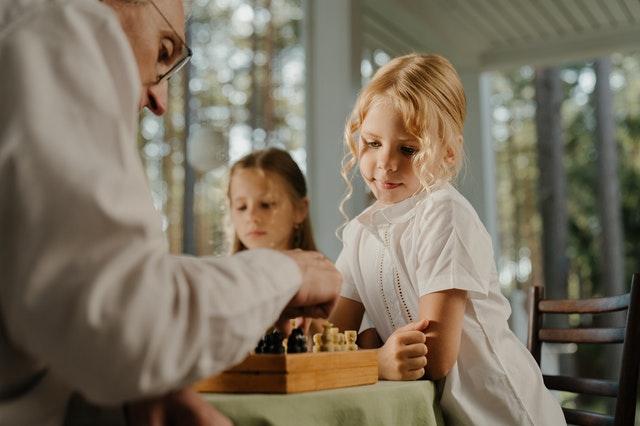 Dzieci oglądające grę w szachy