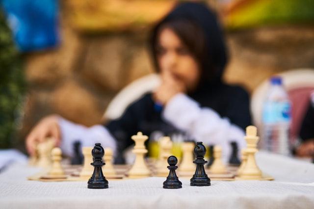 Chłopak grający w szachy