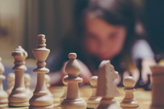 dziecko patrzące na szachy